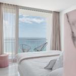 Grandes ventanales de aluminio fusionan el Hotel Aromar con la Costa Brava