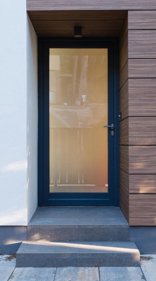 puerta acrsitalada