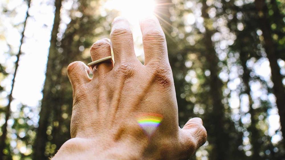 mano y luz natural